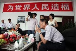 """获授共和国勋章后,""""90后""""董事长袁隆平依旧每天去田里看水稻"""
