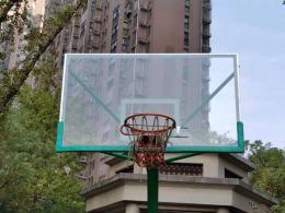 长沙一小区球场篮球筐被物业上锁限定打球时间 你怎么看?