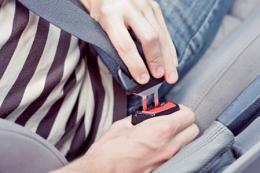 司机疲劳驾驶睡着,副驾驶朋友因未系安全带内脏多处严重受伤