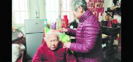 """七旬教师十年如一日照顾6老人 被赞为""""中国好邻居"""""""