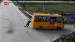 校车马路抛锚,村警徒手推到安全地带!监控记录下了这一幕
