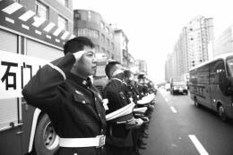 离家是个孩子,归来你是英雄!石门数万民众走上街头,自发吊唁消防烈士刘磊