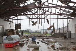 凌晨突刮强风,长沙县多个仓库民房被掀顶