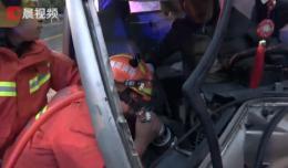 货车撞上围墙司机被困,醴陵消防紧急破拆营救