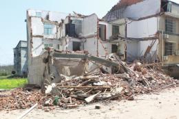 房屋下陷掉落瓷片,居民们发现异常全部转移,第二天房子塌了