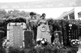 魂归故里15载无名女兵墓前从不冷清,每年清明市民都自发前往祭拜