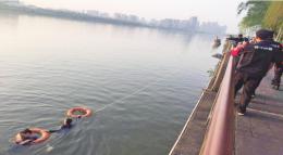 橘洲一游客落水,交警跳入水中救人后悄然离去