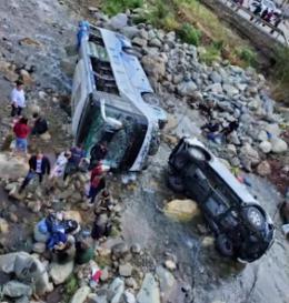突发!四川一旅游大巴坠河致8人受伤 后方皮卡车超车引发事故