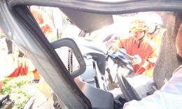 怀化加油站旁发生车祸,消防争分夺秒排险救人