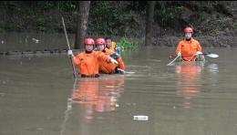 因突降暴雨,郴州一六旬老人腿脚残疾被洪水围困