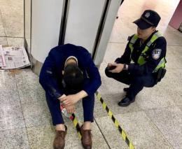 男子醉倒地铁站崩溃大哭:生活不易,还好有你