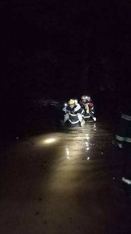 衡阳暴雨突袭民房被淹,一家五口被困二楼