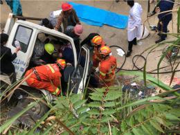 货车滑落侧翻司机被卡,消防救援时围观人群撑住了货车一侧
