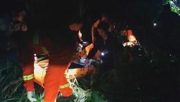为抄近路3人7猪翻车,当地200人开展生死营救