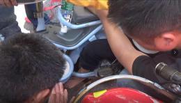 疼!儿童脚卡电动车轮,消防不用拆车就成功解救