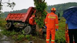 永州一货车连撞两树,副驾驶座V字状被卡
