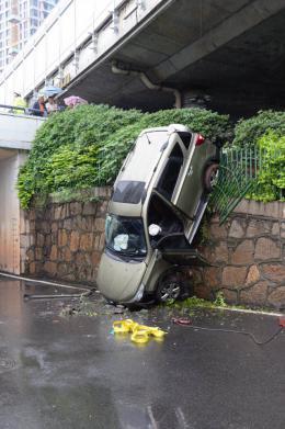 越野车坠桥后续:路过警察及时将伤者送去医院