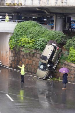 越野车坠桥车主怀疑雨天路滑导致车祸,踩刹车没反应车子冲了出去