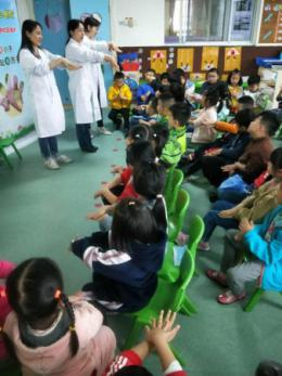 """医生走进幼儿园教小朋友""""洗手"""",他们还过了一把""""小医生""""瘾"""