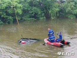 长沙一小车冲毁护栏坠入池塘 1人不幸死亡