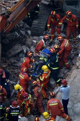 废墟下的救援!上海建筑坍塌事故已致10人身亡,现场消防?#24065;?#36830;续作战晕倒
