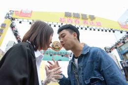 52对情侣长沙街头示爱,两人共吃1.314米辣条麻辣表白