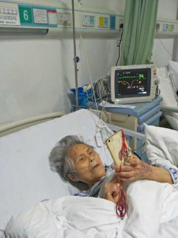 90岁娭毑不慎摔骨折 全麻术后1小时玩起了自拍