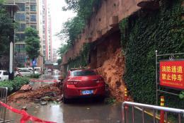 益阳一小车占用消防通道,围墙垮塌被埋