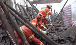 郴州一民房屋顶坍塌六旬老人被埋,20分钟被成功救出