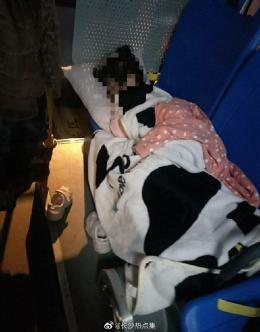 长沙女公交司机带娃上夜班 车队:可能将其辞退