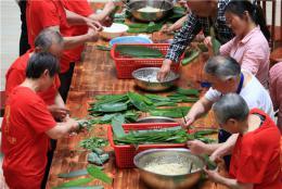 传统民俗迎端午,60岁老人教94岁老人包粽子