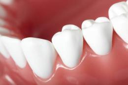 准新娘牙齿越来越黄,医生用新技术帮她美白