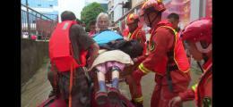 永州連降暴雨致90余人被困,88歲奶奶被抬到皮劃艇上獲救