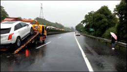 高速上四車追尾阻斷交通,工作人員人力推上應急車道