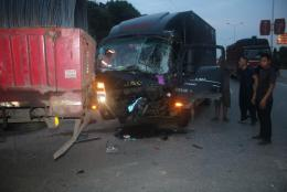 货车清晨追尾司机双脚被卡?#30340;冢?#28040;防紧?#26412;?#25588;