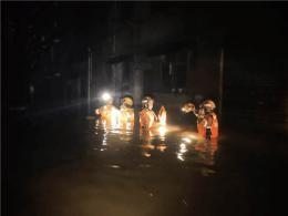 怀化祖孙三人被困洪水 消防员徒步涉水营救