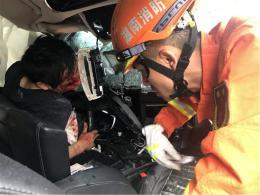 小车与货车相撞,驾驶员头部撞伤双腿被卡,消防破拆救援