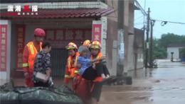 """暖心!株洲河水暴涨,消防""""公主抱""""转移被困老人小孩"""