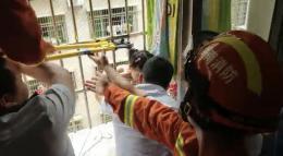 冷水灘4歲女孩掛在半空中,頭在窗內,身懸窗外,脖子都被卡紅了