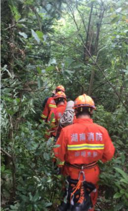 兩男子釣魚被困洪水,消防員翻過荒山開辟救援通道
