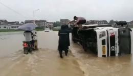 邵东一大卡车侧翻倒在洪水中 救灾干部救出被困司机