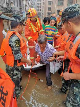 大雨致新邵县城洪水倒灌 武警洪水中救出老人小孩