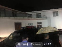 7月13日晚,章子欣爸爸被搀扶着走出解剖中心