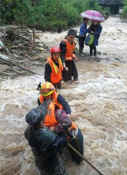 永州双牌:这群最可爱的人 洪流中扎马步托举孩子撤离