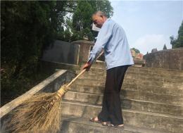 77岁老人的习惯与坚守:扫帚藏树上 每隔一两天就去给烈士扫墓