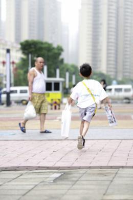 """潇湘小报童上街第一天各出奇招卖报,完成了许多""""人生第一次"""""""