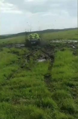越野車隊瘋狂碾壓內蒙古草原,還錄視頻挑釁當地縣長