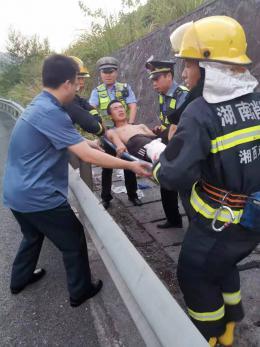 湘西高速一货车侧翻自燃,多部门紧急救援挽回50万元损失