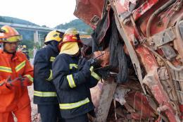 运沙货车为躲避其他车辆发生侧翻,司机被卡驾驶室无法动弹