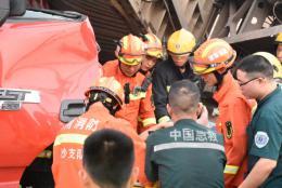 长沙西站旁砂石厂凌晨两运输车相撞,驾驶员双腿被压不能动弹